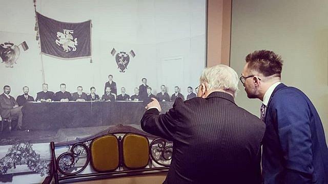Trumpa paskaita apie laisvę, simbolius, nuotraukų aprašymą. Mažos detalės svarbu. Atkreipkite dėmesį, nuotraukoje 2 skirtingi Vyčiai. Čia taip pat kabo #Žmuidzinavičius pasiūtas Lietuvos dvispalvės vėliavos projektas.  #Laisvė #VytautasLandsbergis #Vytis