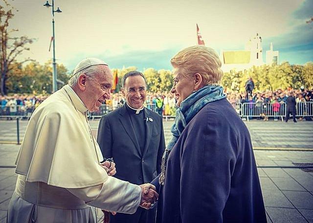 """""""Viešpatie, te #Lietuva būna vilties švyturiu. Kad būtų veiklios atminties žemė, atnaujinanti įsipareigojimą kovai prieš bet kokią neteisybę"""" #PapaFrancesco #DaliaGrybauskaitė"""