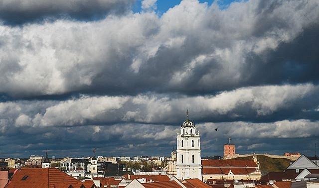 #Vilnius #senamiestis #GediminoPiliesBokštas #JonųBažnyčiosVarpinė #varnas